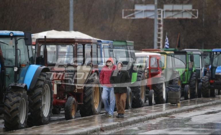 Μπλόκα αγροτών: Άνοιξε η Εθνική Οδός Θεσσαλονίκης – Σερρών – Αγρότες τραγούδησαν το «Μακεδονία Ξακουστή»