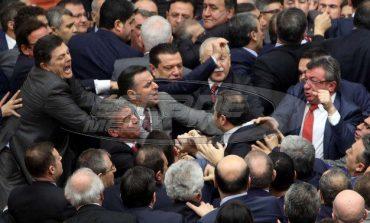 Κλωτσιές και μπουνιές μεταξύ τούρκων βουλευτών για τις συνταγματικές μεταρρυθμίσες