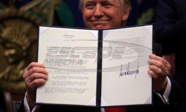 """Τραμπ: """"Τσάκισε"""" με μια υπογραφή το πρόγραμμα για τους πρόσφυγες!"""