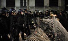 Τα προάστια του Παρισιού φλέγονται! Αγριες συγκρούσεις που θυμίζουν 2005