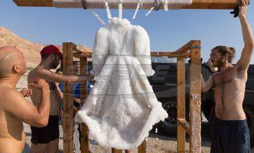 Καλλιτέχνις «βύθισε» νυφικό για δύο χρόνια στη Νεκρά Θάλασσα και έγινε... γλυπτό