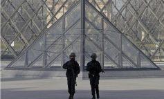 Επίθεση στο Λούβρο: Τα κίνητρα και τους συνεργούς του δράστη ψάχνει η αστυνομία
