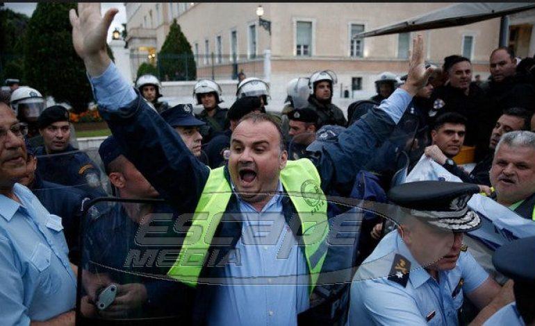 Ενστολοι επιχείρησαν να εισβάλλουν στη Βουλή -Απωθήθηκαν από αστυνομικούς σε υπηρεσία