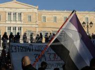 Επεισόδια στην πλατεία Συντάγματος στη συγκέντρωση για την αλλαγή φύλου - Ένας τραυματίας