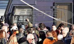 Με κλούβες και ΜΑΤ απέκλεισαν τους δρόμους στο ειρηνοδικείο για τους πλειστηριασμούς