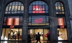 «Κύμα οργής» για διαφήμιση της H&M με μαύρο αγοράκι