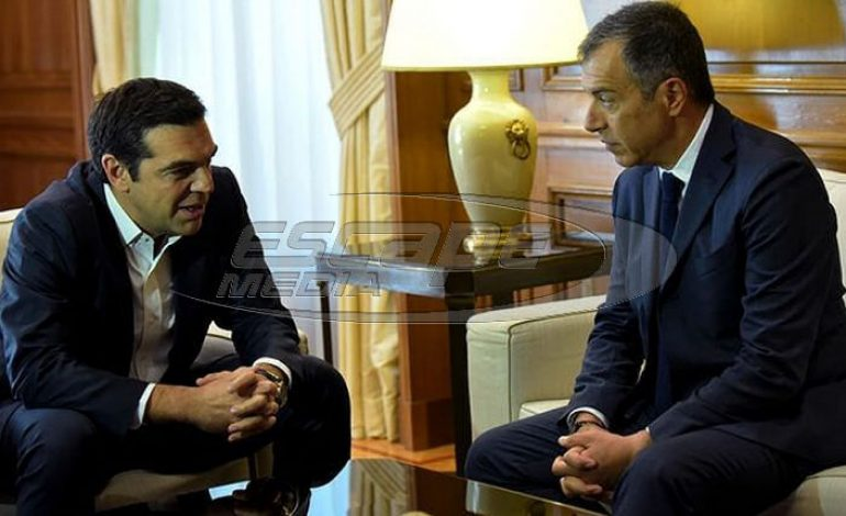 Σενάρια για ραγδαίες πολιτικές εξελίξεις: Φυτίλι η συνάντηση Τσίπρα-Θεοδωράκη