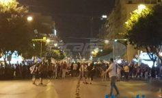 Θεσσαλονίκη: Εκατοντάδες διαδηλωτές μπροστά από τα γραφεία του ΣΥΡΙΖΑ – Συμπλοκές με κουκουλοφόρους