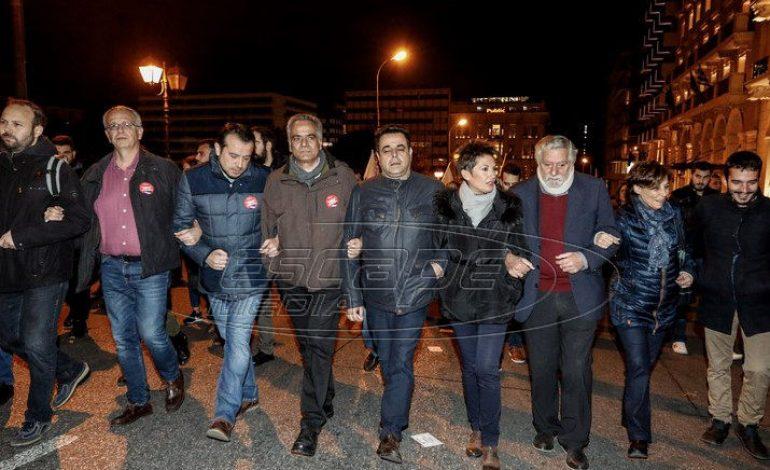 Προπηλάκισαν στελέχη του ΣΥΡΙΖΑ στην πορεία έξω από την αμερικανική πρεσβεία – Ανάμεσά τους Παππάς, Σκουρλέτης, Βίτσας