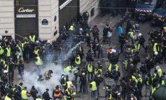 «Κίτρινα γιλέκα»: Πεδίο μάχης το Παρίσι - Δακρυγόνα και μπαράζ συλλήψεων - 126 τραυματίες