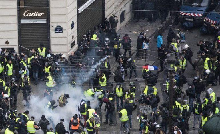 «Κίτρινα γιλέκα»: Πεδίο μάχης το Παρίσι – Δακρυγόνα και μπαράζ συλλήψεων – 126 τραυματίες