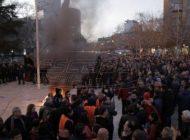 Χαμός στην Αλβανία: Διαδηλωτές πολιορκούν το κοινοβούλιο