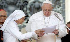 Λύθηκε το μυστήριο: Γι` αυτό ο Πάπας τραβούσε το χέρι του όταν οι πιστοί προσπαθούσαν να το φιλήσουν