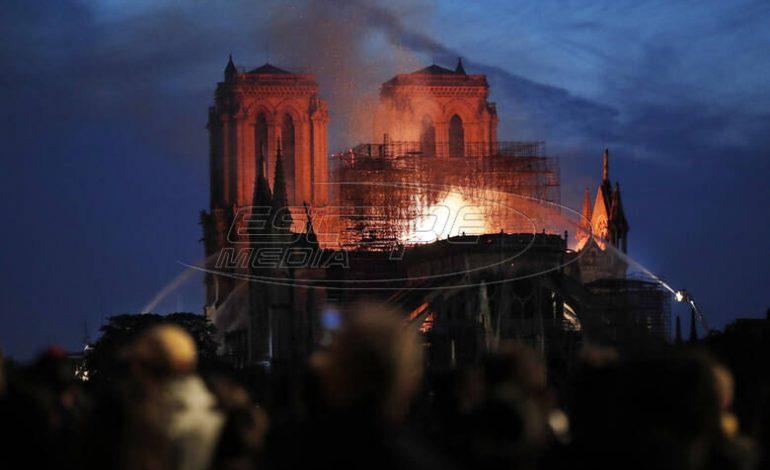 Παναγία των Παρισίων: Παραδομένο στις φλόγες το επιβλητικό μνημείο της παγκόσμιας πολιτιστικής κληρονομιάς