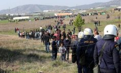 «Καραβάνι» εκατοντάδων προσφύγων στα Διαβατά και ένταση με τα ΜΑΤ