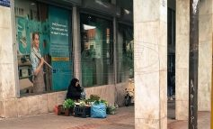 Λαμία: Πουλάει χόρτα για να βρει παρηγοριά - Η συγκλονιστική ιστορία της γιαγιάς Μαρίας