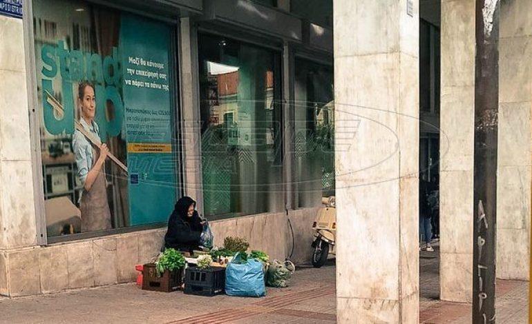 Λαμία: Πουλάει χόρτα για να βρει παρηγοριά – Η συγκλονιστική ιστορία της γιαγιάς Μαρίας