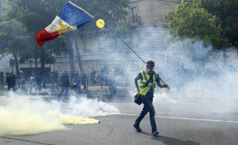 Παρίσι: Μαζικές πορείες, άγριες συγκρούσεις και προσαγωγές