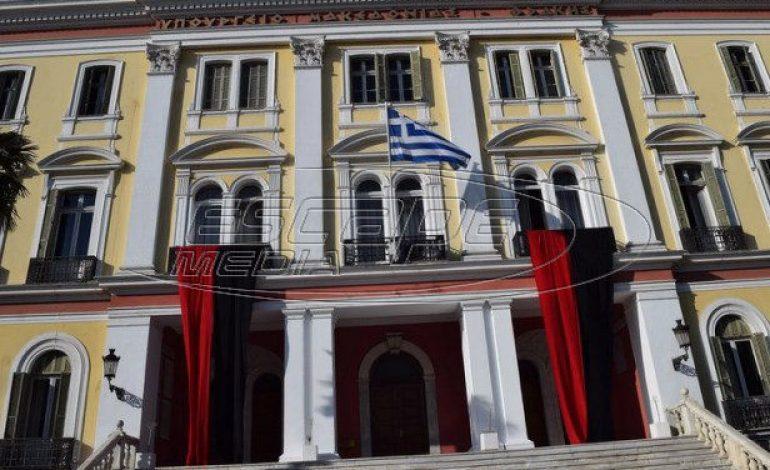 Κόκκινο και μαύρο χρώμα στο κτήριο του ΥΜΑΘ για τη Γενοκτονία των Ελλήνων του Πόντου