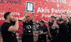 """Ο """"δικός μας"""" Άκης Πετρετζίκης έσπασε παγκόσμιο ρεκόρ & μπήκε στο βιβλίο Γκίνες - Έφτιαξε σε μία ώρα 3.378 hamburgers"""