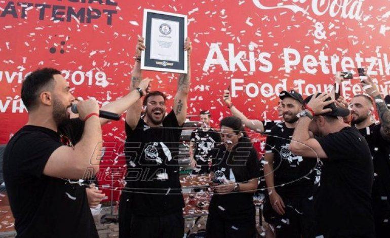 Ο «δικός μας» Άκης Πετρετζίκης έσπασε παγκόσμιο ρεκόρ & μπήκε στο βιβλίο Γκίνες – Έφτιαξε σε μία ώρα 3.378 hamburgers