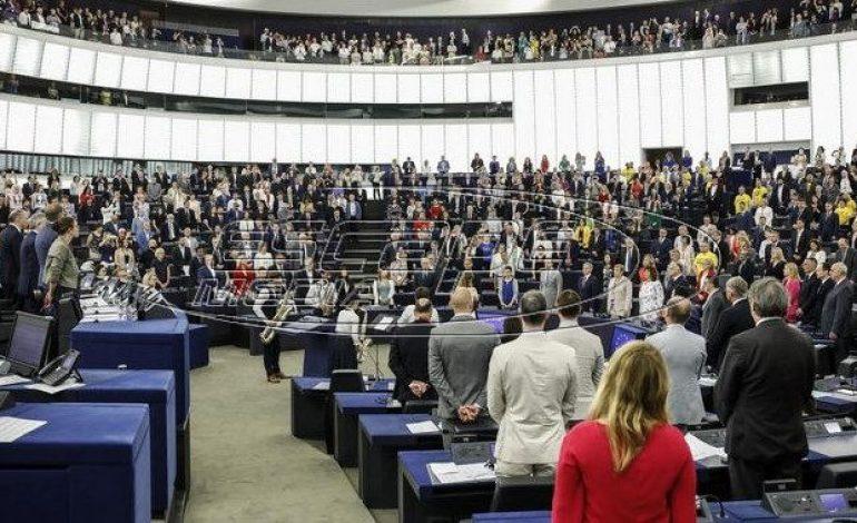 Ασέβεια Βρετανών ευρωβουλευτών: Γύρισαν την πλάτη τους στον ευρωπαϊκό ύμνο