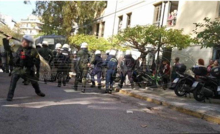 Τα ΜΑΤ μπήκαν στην Ευελπίδων και άρχισαν να χτυπούν όσους περίμεναν τους συλληφθέντες