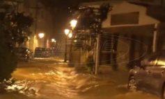 Σκιάθος: Χείμαρροι στα στενά από την έντονη καταιγίδα -Πλημμύρισαν καταστήματα και σπίτια