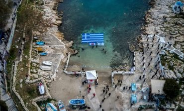 Η γαλανόλευκη σημαία κυμάτιζε περήφανα στην Πειραϊκή